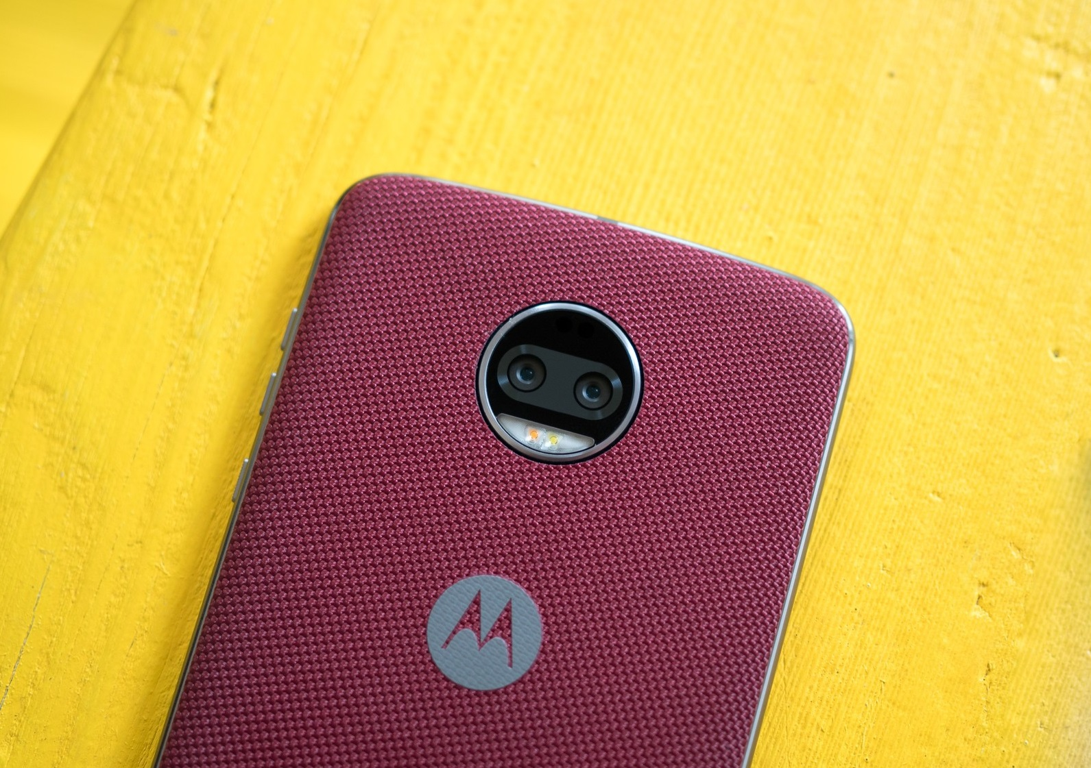 moto-z2-force-red-yellow